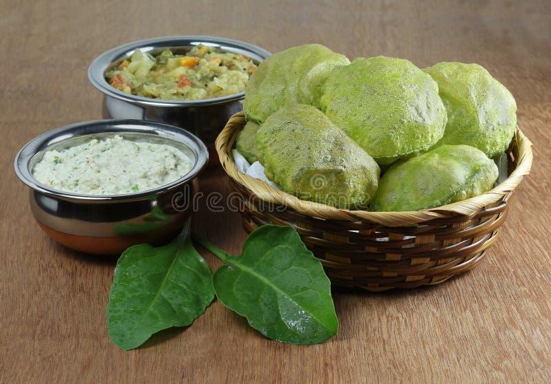 Het Indische Vegetarische Ontbijt van Palakpoori met Kokosnotenchutney royalty-vrije stock fotografie