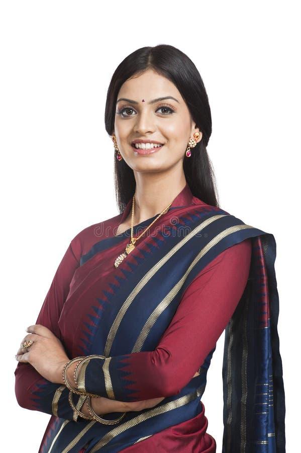 Het Indische vrouw stellen in Sari stock afbeeldingen