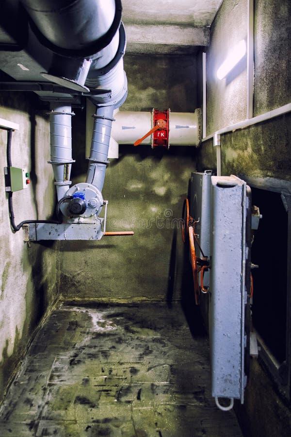 Het industriële systeem van de luchtventilatie in ondergrondse bom shelte royalty-vrije stock afbeelding