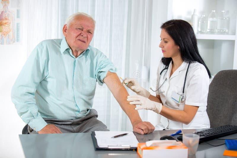Het inenten van een Bejaarde Persoon royalty-vrije stock foto's