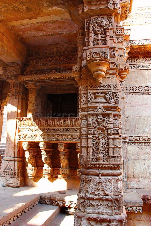 Het ingewikkelde steen snijden op een pijler, een pilaster en een entablature Adalaj Stepwell, Ahmedabad, Gujarat royalty-vrije stock afbeelding