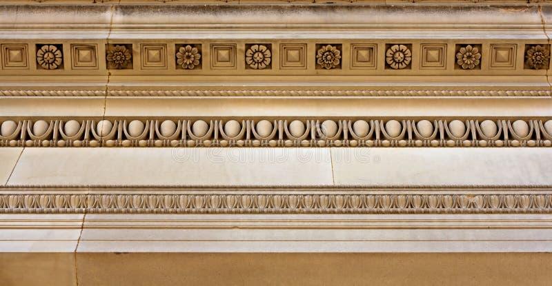 Het ingewikkelde werk van de zandsteenkroonlijst royalty-vrije stock fotografie