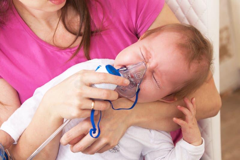 Het inhalatiekind maakt babymamma royalty-vrije stock afbeelding