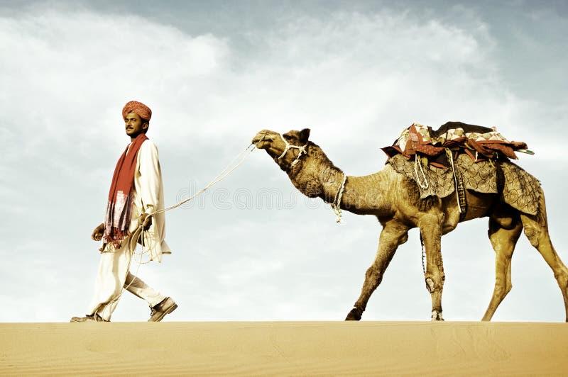 Het inheemse Indische mens het lopen Concept van de woestijnkameel stock foto