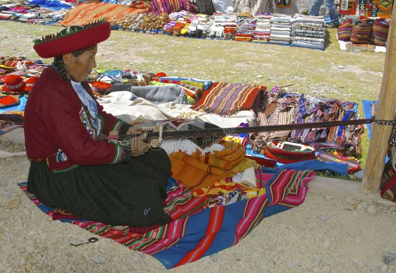 Het inheemse vrouw weven stock foto's