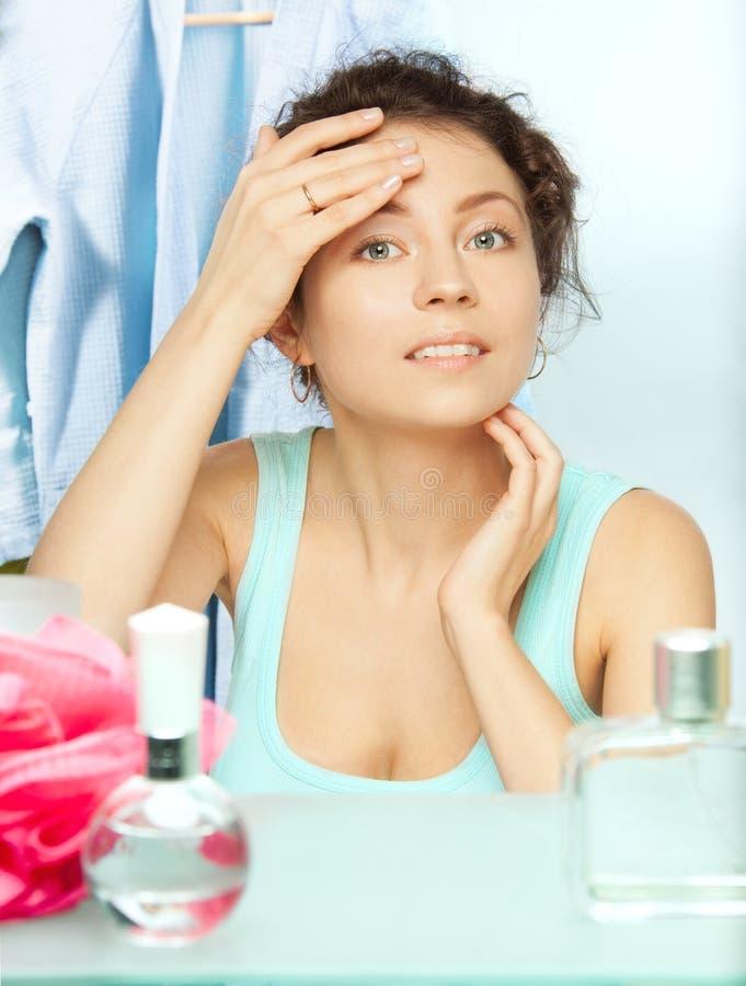 Het inspecteren van de vrouw huid voor vlekken royalty-vrije stock foto