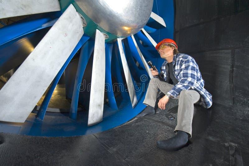 Het inspecteren van een windtunnel stock fotografie