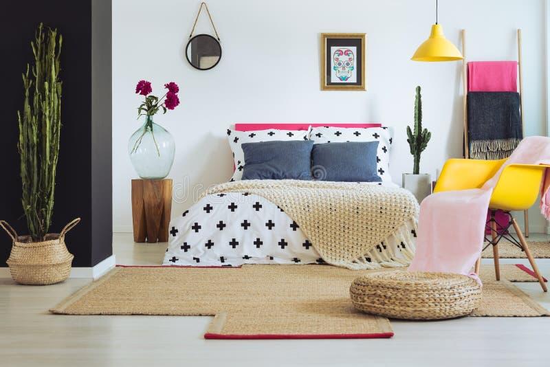 Het inspireren slaapkamer met Mexicaans decor stock foto