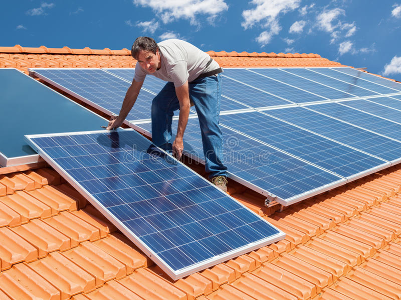 Het installeren van alternatieve energie photovoltaic zonnepanelen stock afbeeldingen