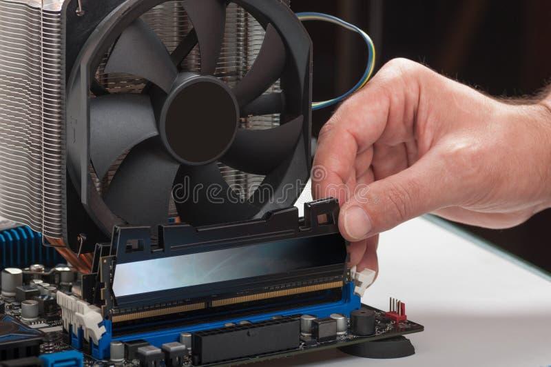 Het installeren van de groef van de geheugenmodule stock afbeeldingen