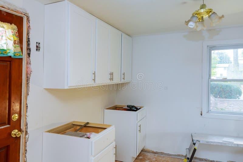 Het installeren van de nieuwe moderne keuken van de keukenopstelling cabinate royalty-vrije stock foto