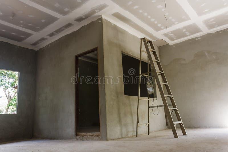 Het installeren van een nieuw plafond royalty-vrije stock afbeeldingen