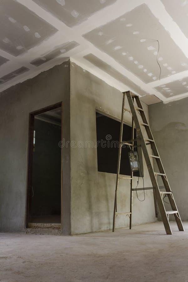 Het installeren van een nieuw plafond stock afbeelding