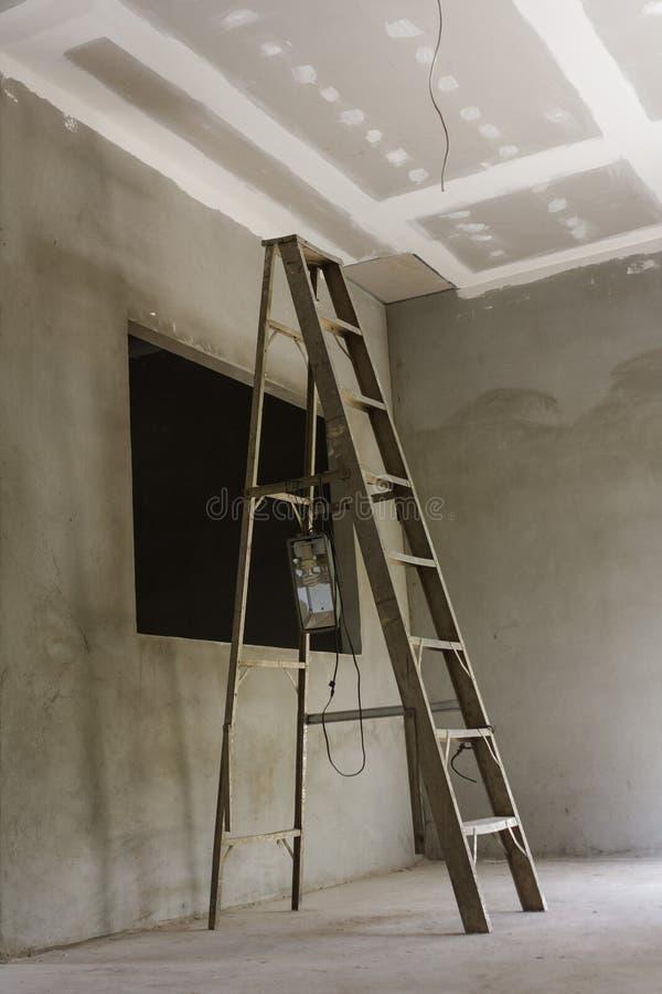 Het installeren van een nieuw plafond stock foto