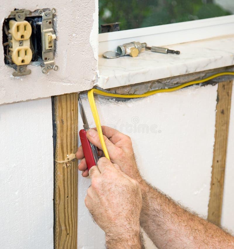 Het installeren van Elektrische Bedrading stock fotografie