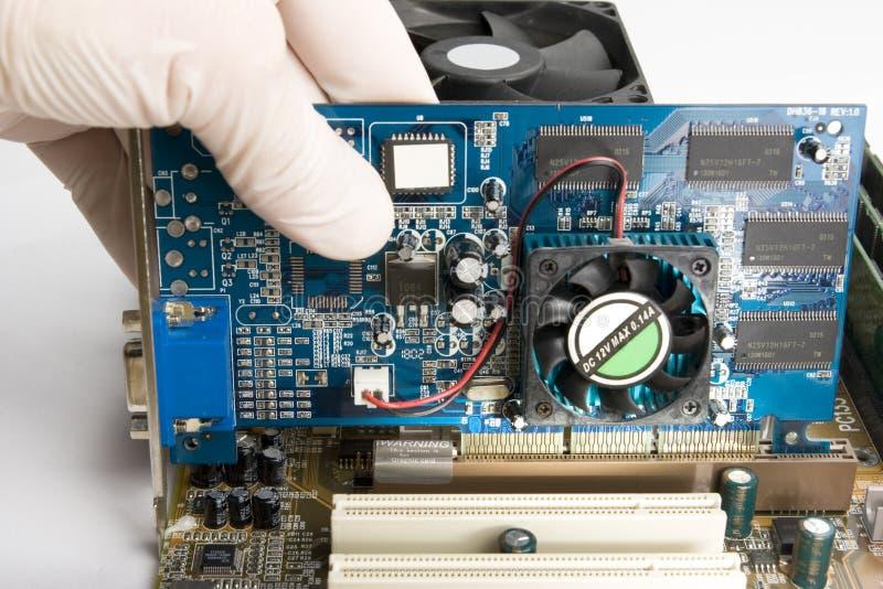 Het installeren van videokaart in motherboard royalty-vrije stock fotografie