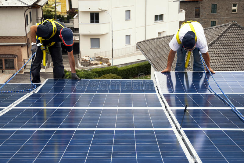 Het installeren van zonnepanelen stock afbeeldingen