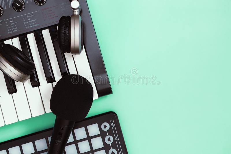 Het instrument van het muziektoetsenbord op blauwe exemplaarruimte voor het concept van de Muziekaffiche royalty-vrije stock afbeeldingen