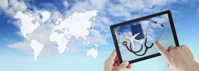 Het internationale medische concept van de reisverzekering, handtouch screen van digitale tablet met stethoscoop, paspoort en vli royalty-vrije stock foto's