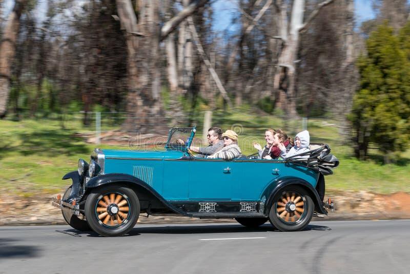 1929 het Internationale Tourer drijven van Chevrolet bij de landweg royalty-vrije stock foto