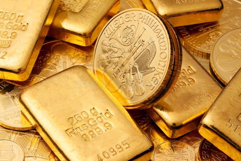 Het investeren in echt goud stock afbeeldingen