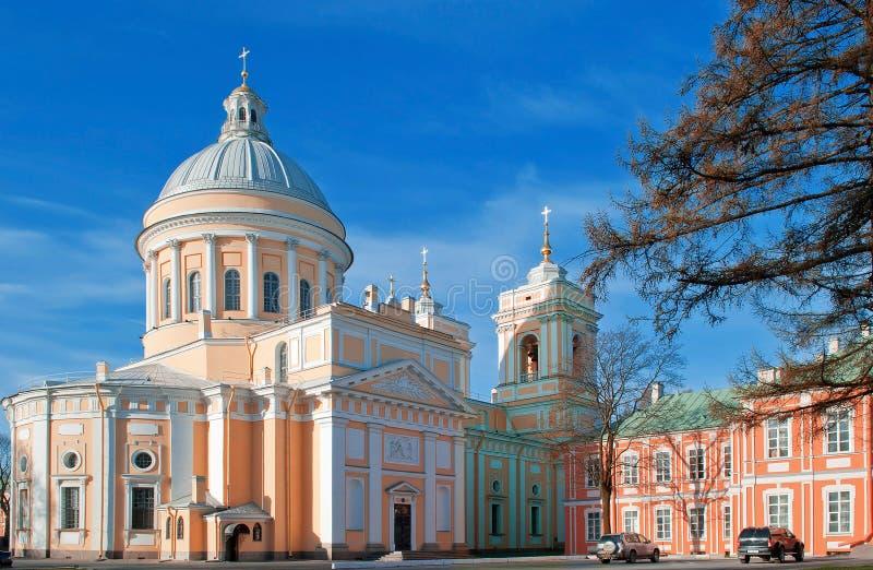 Het Ipatiev-Klooster is een mannelijk klooster, gelegen aan de bank van de Kostroma-Rivier enkel tegenover de stad van Kostroma stock fotografie