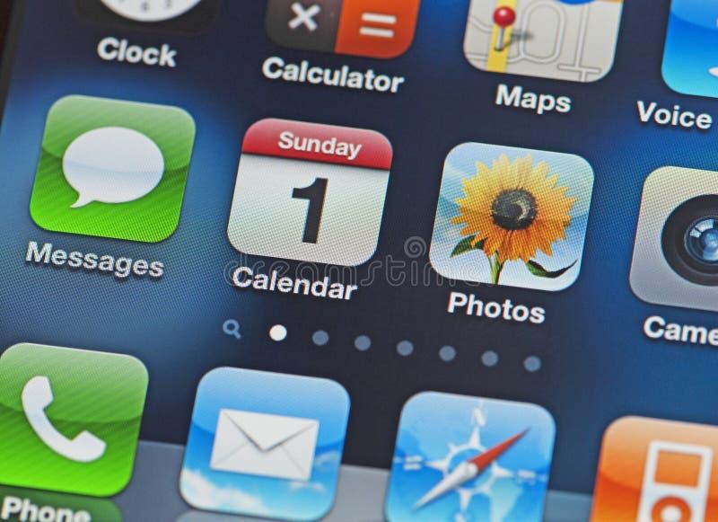 het iPhone Scherm met gemeenschappelijke apps stock foto's