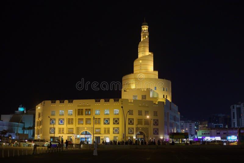 Het Islamitische centrum van Qatar bij nacht stock afbeeldingen