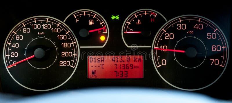 Het Italiaanse autodashboard met odometer en omwentelingen verzetten tegenzich royalty-vrije stock foto