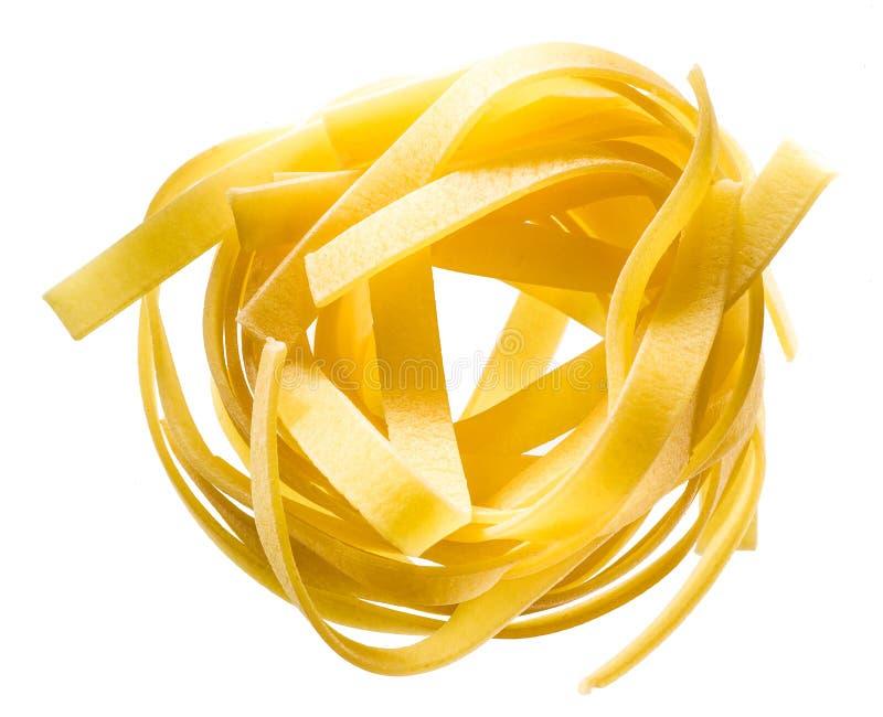 Het Italiaanse die nest van deegwarenfettuccine op wit wordt geïsoleerd royalty-vrije stock foto