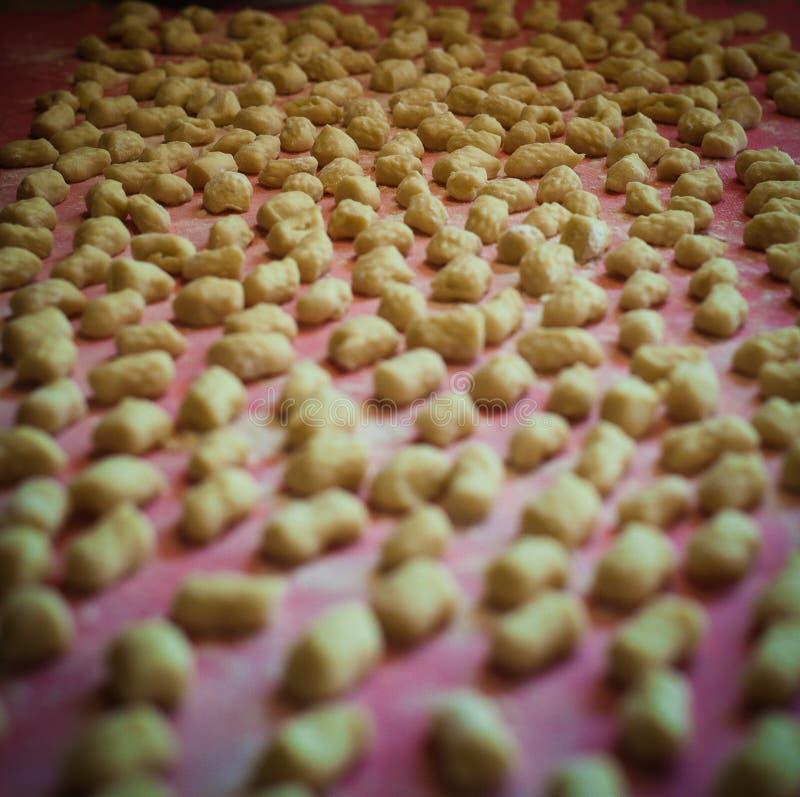 Het Italiaanse gemaakte huis van aardappelgnocchi stock foto's