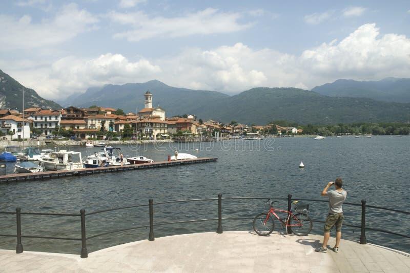Het Italiaanse Meer Maggiore van het dorp stock foto