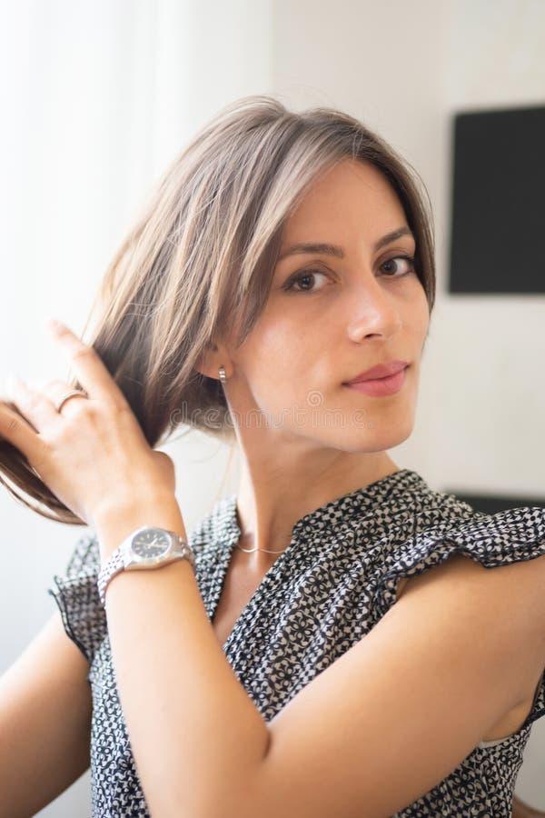 Het Italiaanse meisje raakt haar haar stock afbeeldingen