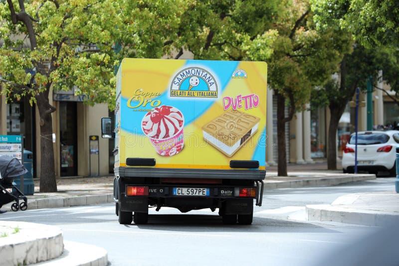 Het Italiaanse Roomijsvrachtwagen Drijven op de Weg in het Stadscentrum stock foto's