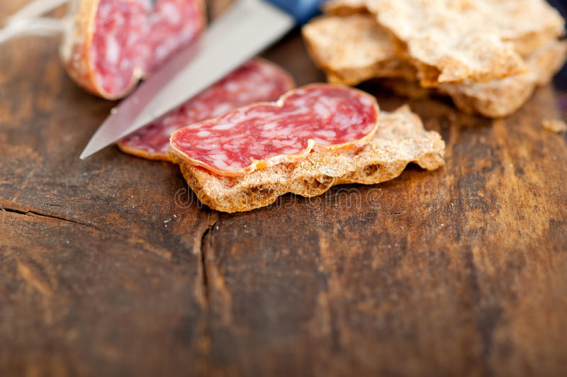 Het Italiaanse salame pressato gedrukte snijden royalty-vrije stock foto's