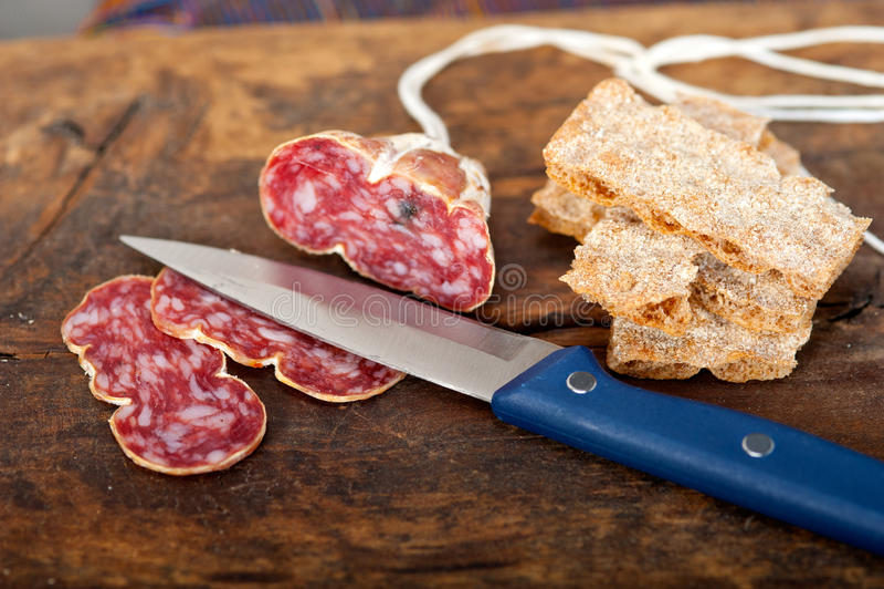 Het Italiaanse salame pressato gedrukte snijden stock afbeeldingen
