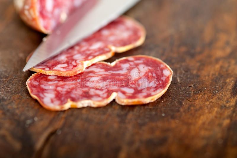 Het Italiaanse salame pressato gedrukte snijden stock fotografie