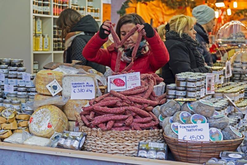 Het Italiaanse traditionele voedsel van de vrouwenverkoop bij Kerstmismarkt stock foto