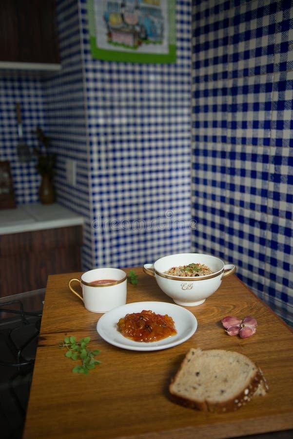Het Italiaanse van de ongepelde rijstrisotto van de tomatensoep de Papajadessert diende in Chinees porseleinschotels en brood stock foto