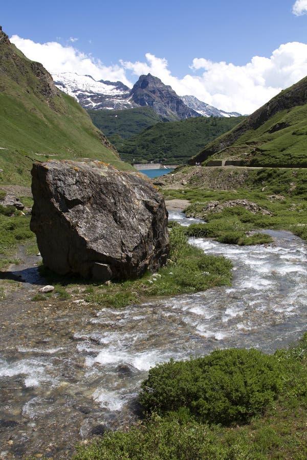 Het Italiaanse Verticale Landschap van de Berg met rivier en meer royalty-vrije stock fotografie