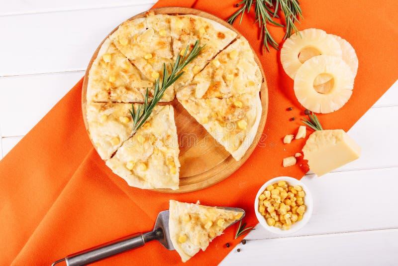 Het Italiaanse Vlakke Stuk van de de Ananaspizza van de Graankaas legt royalty-vrije stock afbeeldingen