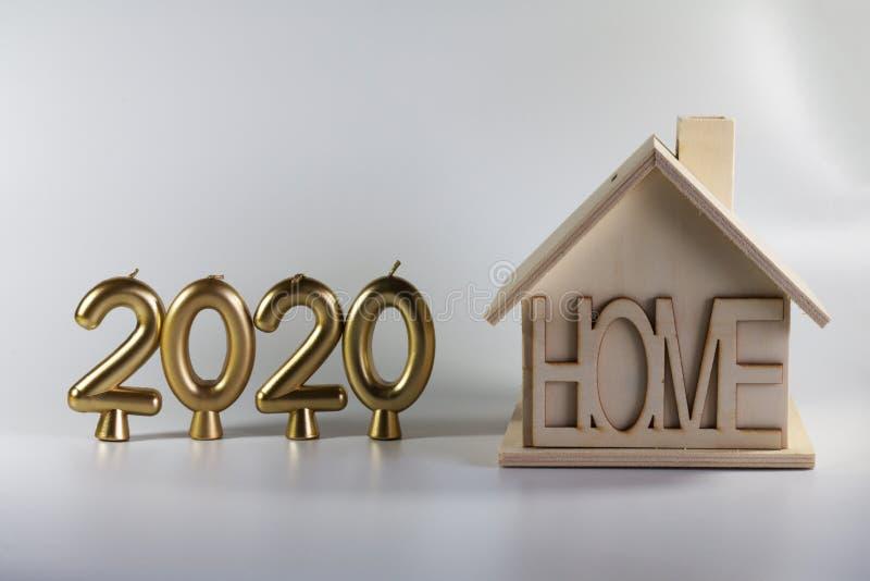 het jaar van 2020 van kaarsen en een eigengemaakt blokhuis stock foto's