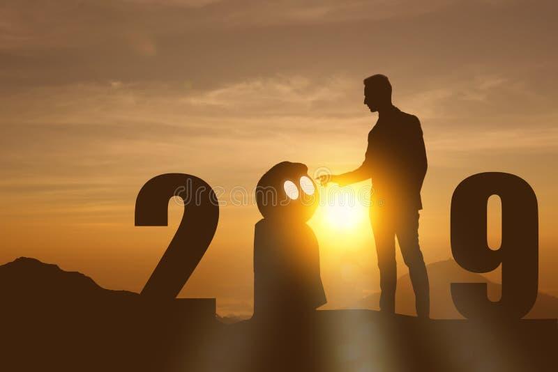 het jaarkunstmatige intelligentie van 2019 of ai futuristisch concept, Silhouet Bedrijfsmensentribune en punthand om te bevelen o stock foto