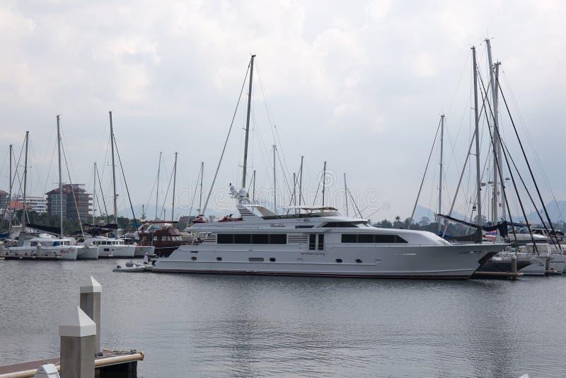 Het Jacht bij dok wordt vastgelegd dat royalty-vrije stock foto
