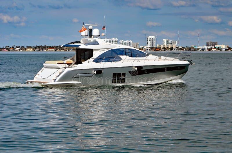 Het Jacht die van de luxemotor op de Intra-coastal Waterweg van Florida van het Strand van Miami kruisen stock fotografie