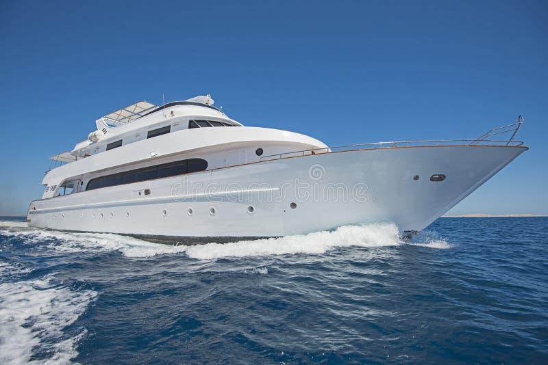 Het jacht die van de luxemotor uit op tropcial overzees varen royalty-vrije stock fotografie