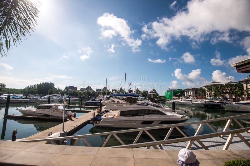 Het jacht en de motorboot van de havenligplaats in phuket stock fotografie