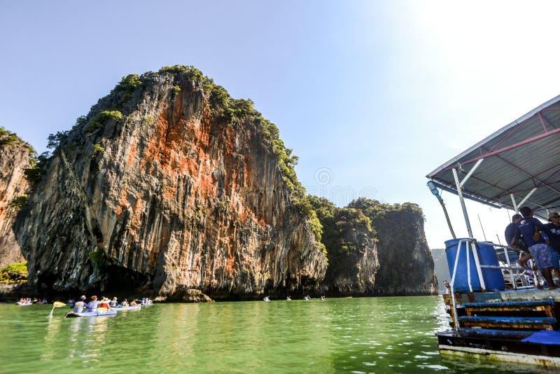 Het jacht en de motorboot van de havenligplaats in phuket stock afbeelding