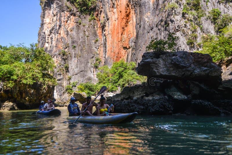 Het jacht en de motorboot van de havenligplaats in phuket stock foto