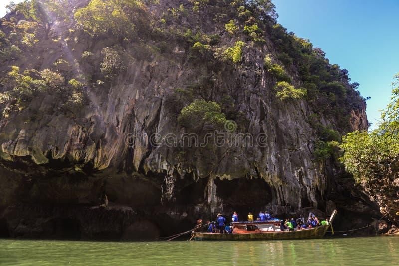 Het jacht en de motorboot van de havenligplaats in phuket royalty-vrije stock afbeelding